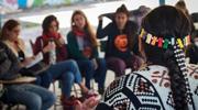 Mujer indígena hablando a un grupo de estudiantes